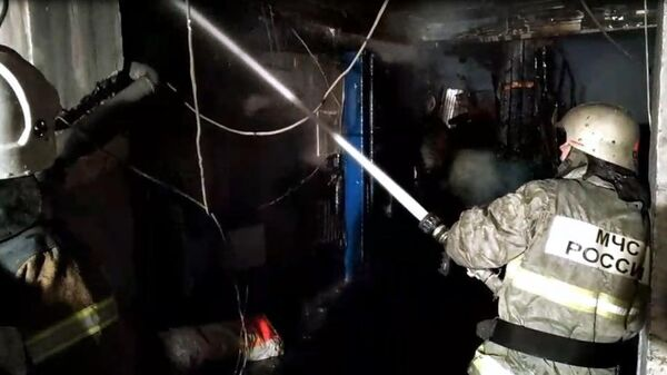 Сотрудники МЧС во время ликвидации пожара в здании автосервиса в Самаре. 15 марта 2019