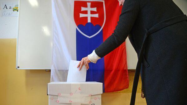 Избиратель голосует на выборах президента Словакии на избирательном участке в Братиславе. 16 марта 2019