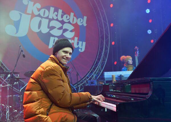 Пианист и организатор ансамбля Esh Игорь Надеждин выступает на Koktebel Jazz Party фестиваля Крымская весна в Большом Амфитеатре парка Зарядье