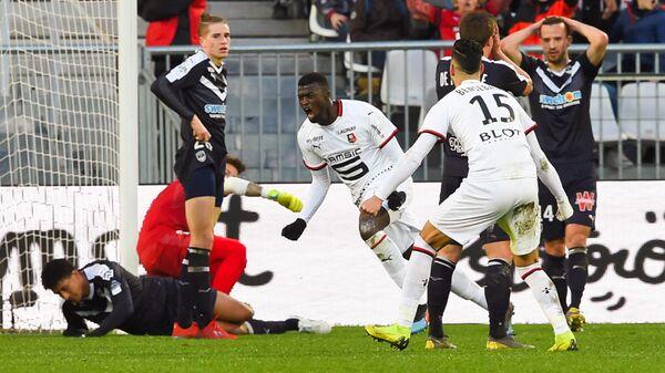 Футболисты Ренна радуются забитому мячу М'Байе Ньянга