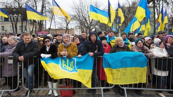 Люди слушают предвыборную речь президента Украины Петра Порошенко на Михайловской площади в Киеве