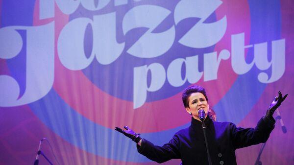 Джазовая певица Карина Кожевникова выступает на Koktebel Jazz Party фестиваля Крымская весна