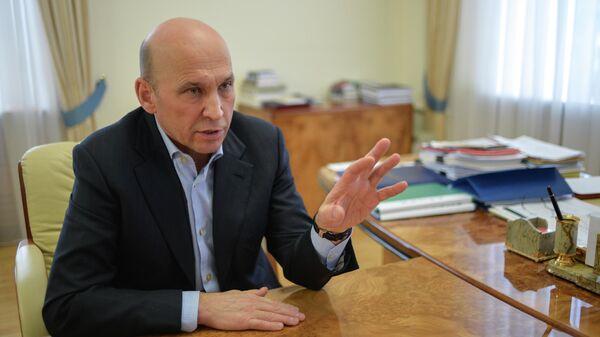 Вице-губернатор Тюменской области Сергей Сарычев во время интервью в своем кабинете