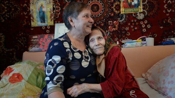 Светлана Быкова, взявшая под опеку пожилую женщину Лидию Евдокимовну Кунгурову в селе Горьковка, Тюменская область