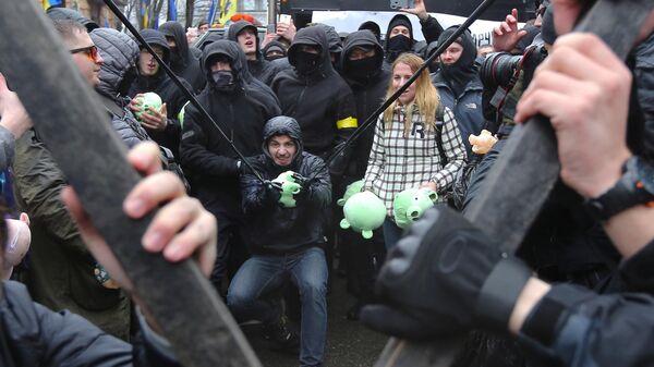Участники акции национального корпуса (организация запрещена в РФ) против коррупции, на площади Свободы в Киеве
