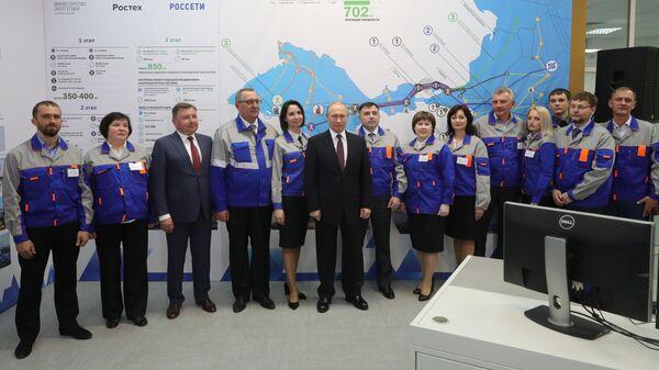 Президент РФ Владимир Путин и сотрудники Балаклавской ТЭС. 18 марта 2019