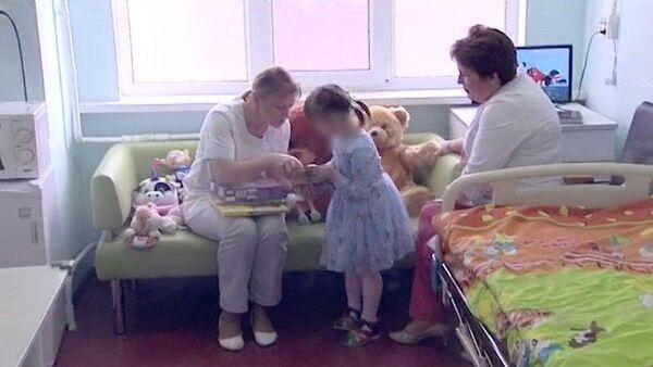 Госпитализированная в детскую клиническую больницу им. З.Башляевой девочка, найденная в захламленной квартире на Ленинградском шоссе. Скриншот с видео