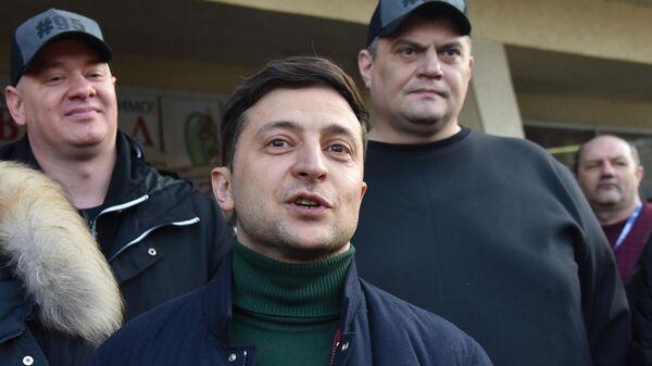 Кандидат в президенты Украины Владимир Зеленский во время общения с участниками митинга своих противников во Львове