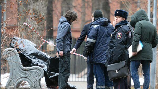 Сотрудники правоохранительных органов на месте обнаружения тела мужчины, по предварительным данным, совершившего суицид, на улице Большая Полянка в Москве