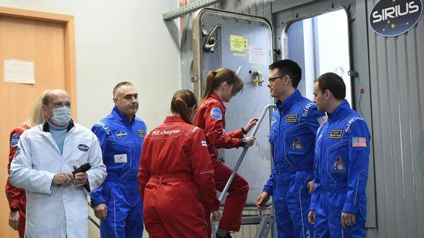 Участники эксперимента по моделированию полета на Луну SIRIUS-19. Архивное фото