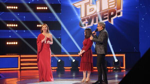 Певица Альбина Джанабаева и участница проекта Ты супер! Мехрона Гайбуллоева из Таджикистана