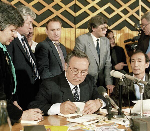 Президент Казахстана Нурсултан Назарбаев ставит автограф на своей новой книге Без правых и левых