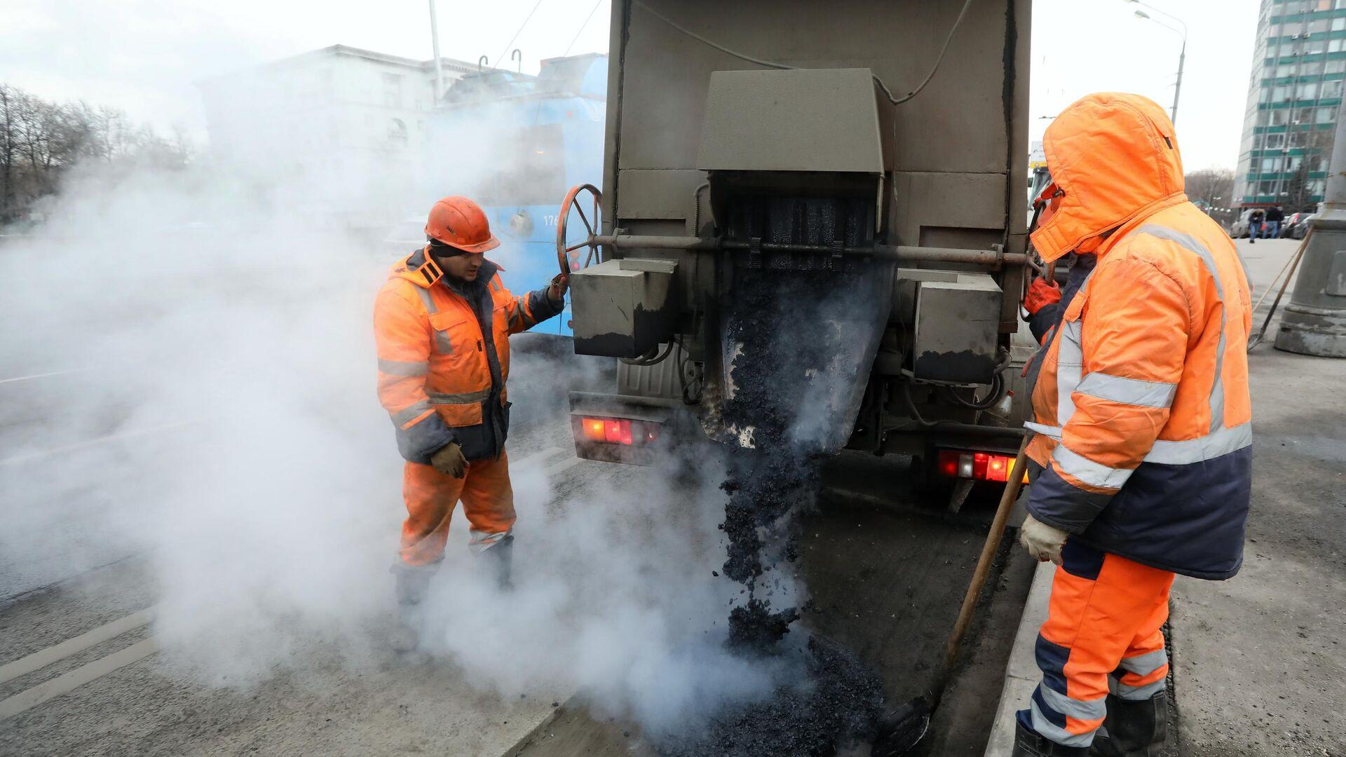 Рабочие бригады ГБУ Автомобильные дороги проводят латочный ремонт дорожного покрытия в Москве - РИА Новости, 1920, 17.12.2020