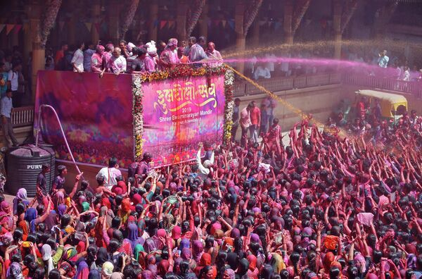 Фестиваль Холи в Аллахабаде, Индия. 20 марта 2019 года