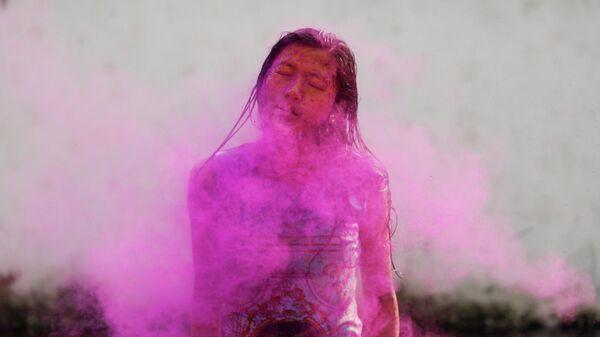 Участница фестиваля Холи в Катманду, Непал