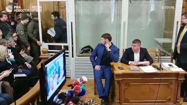 Кадры выхода Кирилла Вышинского из стеклянного аквариума в зале суда