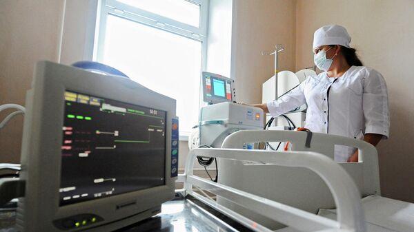 Подготовка оборудования для искусственной вентиляции легких в палате отделения реанимации-анестезиологии