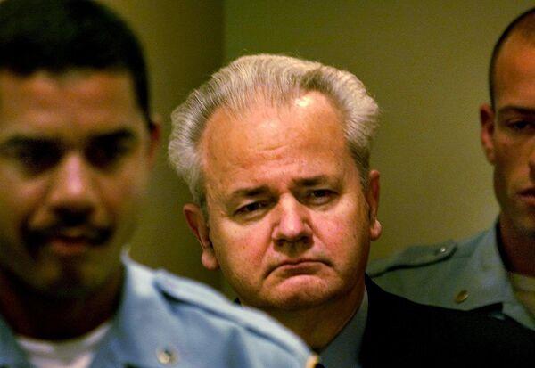Бывший президент Югославии Слободан Милошевич перед началом заседания суда по военным преступлениям в Гааге. 11 декабря 2001