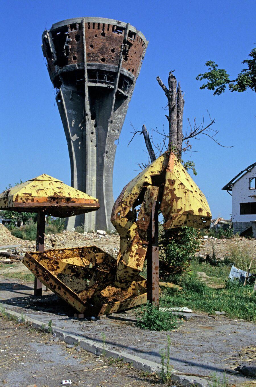 Детская игровая площадка после обстрела. Город Вуковар спустя два года после войны