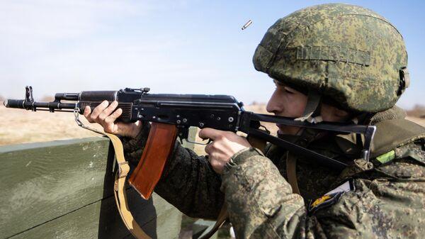 Военнослужащий береговых войск Балтийского флота во время тактических учений в Калининградской области