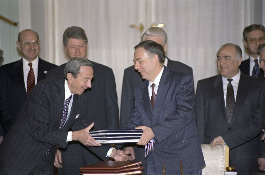Государственный секретарь США Уоррен Кристофер и министр иностранных дел РФ Андрей Козырев после подписания ряда соглашений. 1 февраля 1994