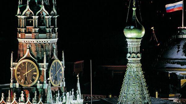 Вид на Спасскую башню Кремля на Красной площади в Москве