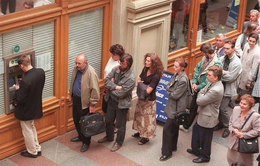 Очередь у банкомата в центре Москвы. 17 августа 1998