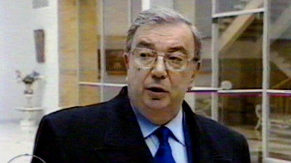 Евгений Примаков беседует с прессой в аэропорту Внуково-2 после отмены визита в США. 24 марта 1999