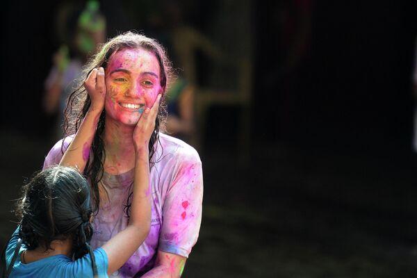 Учащаяся Девнарской школы для незрячих вместе с учителем принимает участие в фестивале Холи в Хайдарабаде, Индия