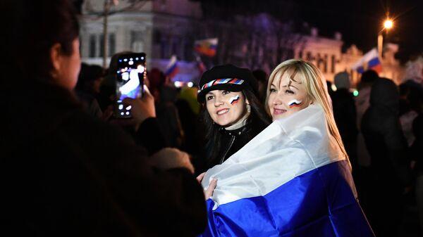 Зрители фотографируются на концерте в честь пятилетия воссоединения Крыма с Россией