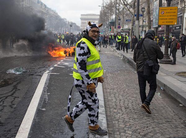 Участник акции протеста желтых жилетов в Париже