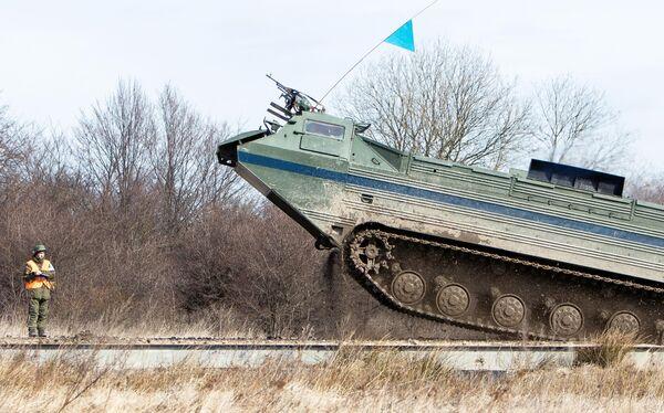 ПТС-2 плавающий транспортер береговых войск Балтийского флота во время тактических учений в Калининградской области