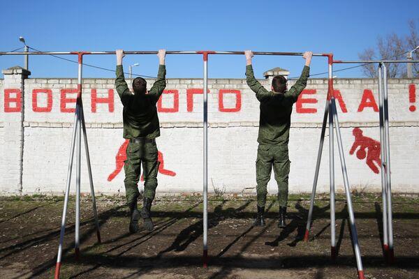 Учащиеся на уроке физкультуры на территории Волгоградского лицей-интерната имени Ф. Ф. Слипченко в Волгограде