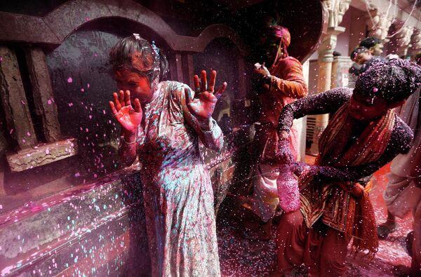 Празднование Холи в деревне Нандгаон, штат Уттар-Прадеш, Индия