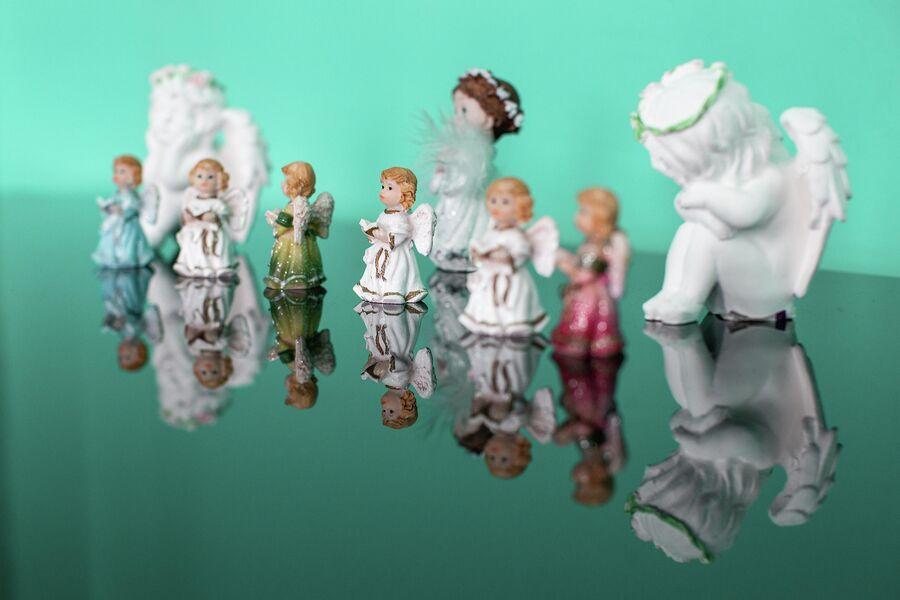 Фигурки ангелов в память о погибших девочках