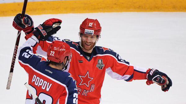 Игроки ЦСКА Александр Попов (слева) и Янник Хансен