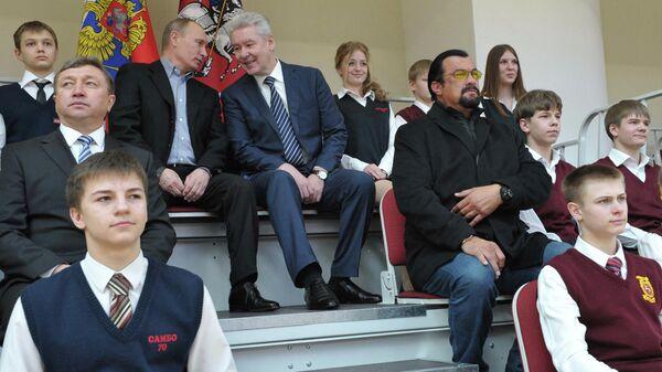 Владимир Путин и Сергей Собянин (слева направо по центру) во время посещения нового спортивного дворца на территории учебно-спортивного комплекса Самбо-70