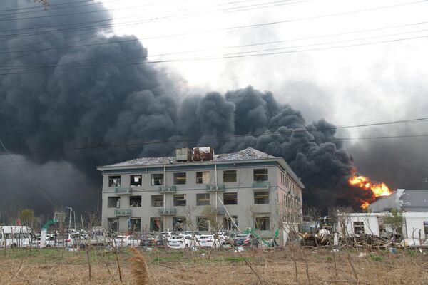 Дым и пламя после взрыва на заводе пестицидов Цзянсу Тяньцзяи в провинции Цзянсу, Китай. 22 марта 2019
