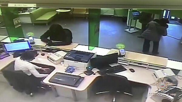 Злоумышленник совершает нападение на офис Сбербанка в Москве. 22 марта 2019