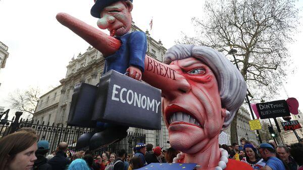 Кукла премьер-министра Британии Терезы Мэй на марше против Brexit в Лондоне. 23 марта 2019