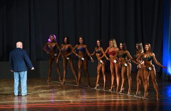 Участницы открытого чемпионата по фитнес-бикини во время выступления во Дворце культуры имени В. П. Чкалова в Новосибирске