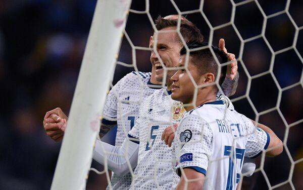 Футболисты сборной России Денис Черышев и Ильзат Ахметов (слева направо) радуются забитому голу