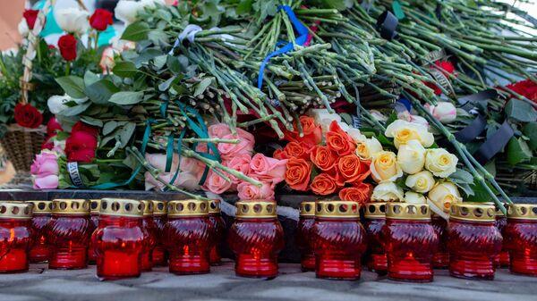 Цветы и свечи у мемориала в память о жертвах пожара в торгово-развлекательном центре Зимняя вишня в Кемерово