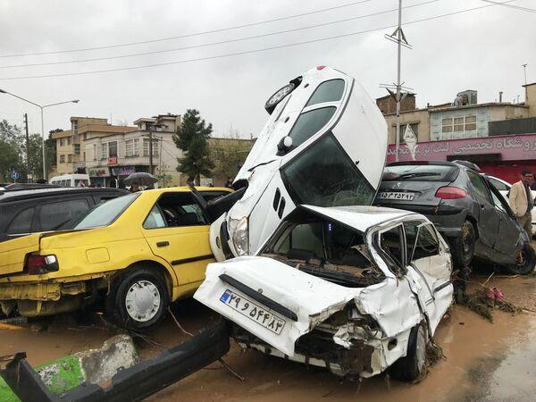Автомобили на улице города Шираз в Иране после наводнения. 25 марта 2019
