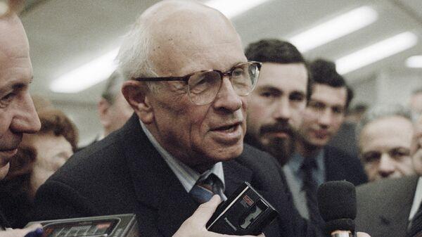Академик Андрей Сахаров дает интервью на конференции АН СССР