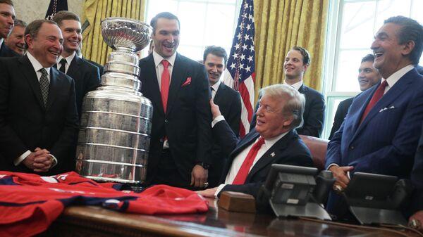 Дональд Трамп принимает в Белом доме хоккеистов Вашингтона