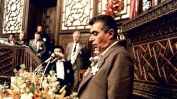 Сирийский разведчик Шакиб Юсефа Абу-Джабаль выступает перед Народным Советом Сирии