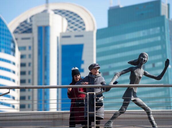 Отдыхающие возле скульптуры Бегущая девушка в Нур-Султане