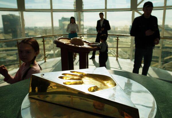 Художественная композиция Аялы алакан (Заботливые руки), с оттиском правой руки президента Казахстана Нурсултана Назарбаева, на смотровой площадке архитектурного сооружения Байтерек в Нур-Султане