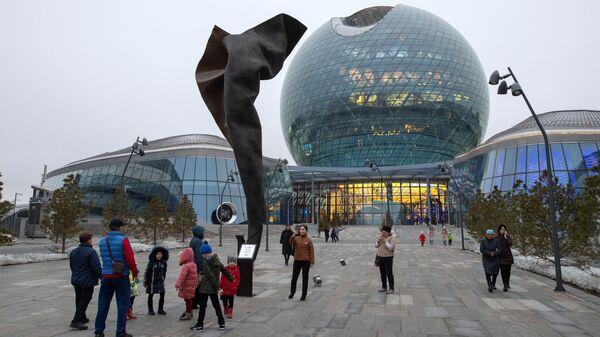 Посетители возле павильона-сферы Нур Алем на территории выставочного комплекса Астана Экспо в Нур-Султане